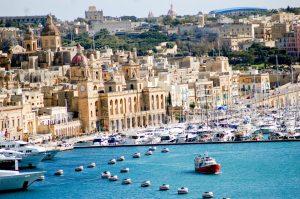 Das Bild zeigt die Skyline Maltas samt Mittelmeer